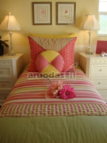 Rožiniai akcentai mergaitės miegamajame