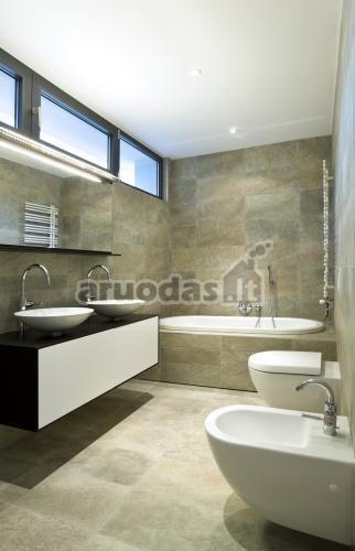 Pilkai rudos vonios kambario plytelės
