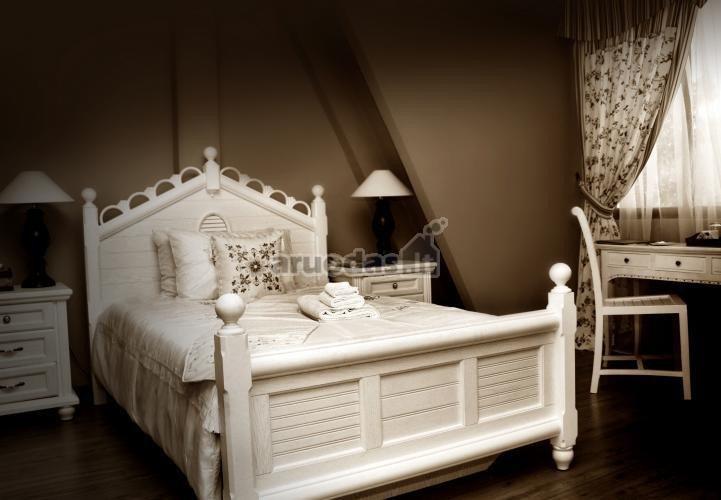 Rudos ir blausiai baltos mišinys miegamajame