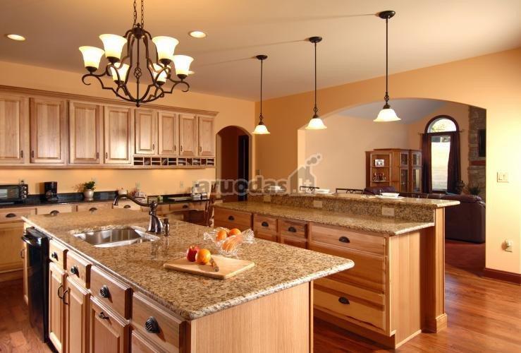 Ruda spalva virtuvės interjere