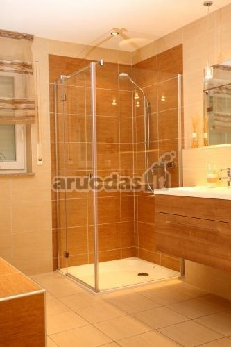 Rudų atspalvių vonios kambarys