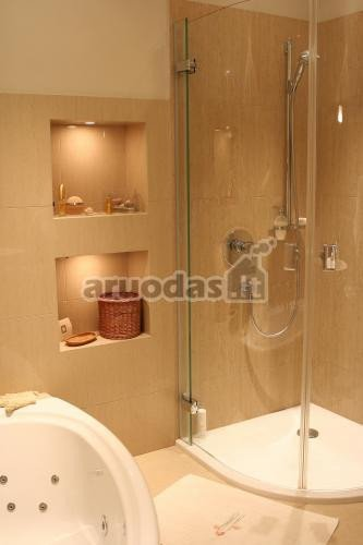 šviesiai rusvas vonios kambario atspalvis