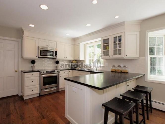 Balta - juoda virtuvės interjeras