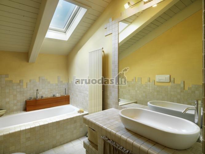 Pilkos plytelės vonios kambaryje