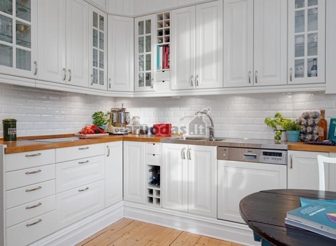 Balta, maišyta su natūralaus medžio spalva, virtuvėje
