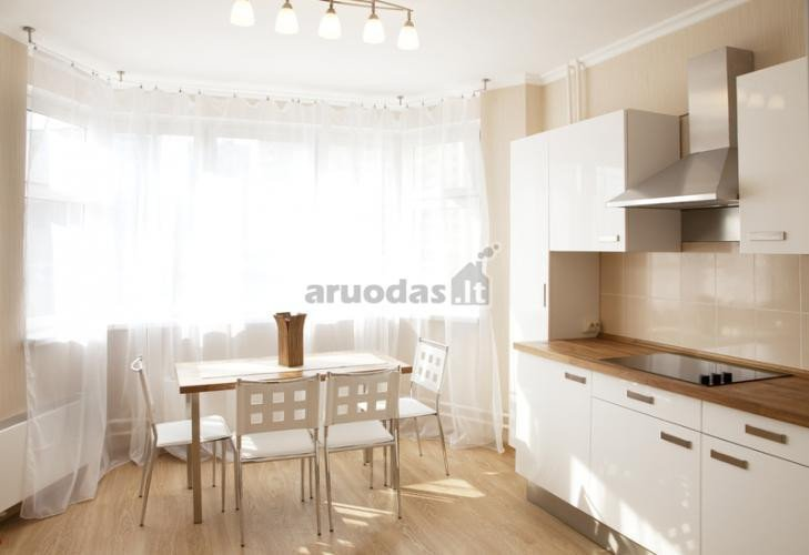 Balta virtuvė kartu su valgomuoju