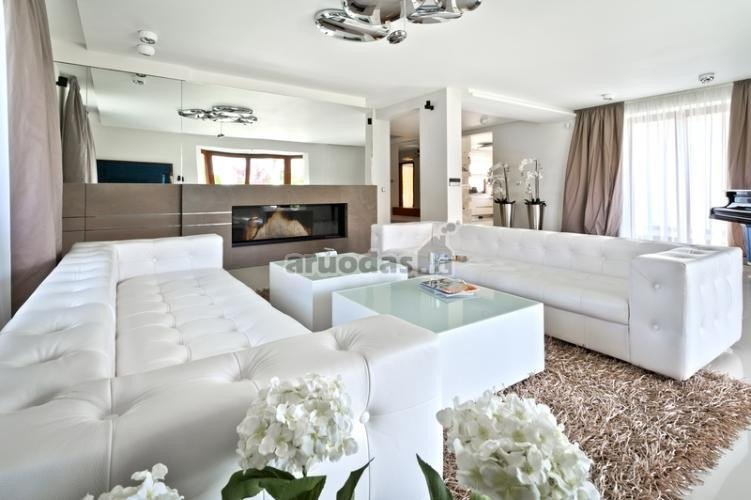 Balta su šviesiai ruda svetainėje