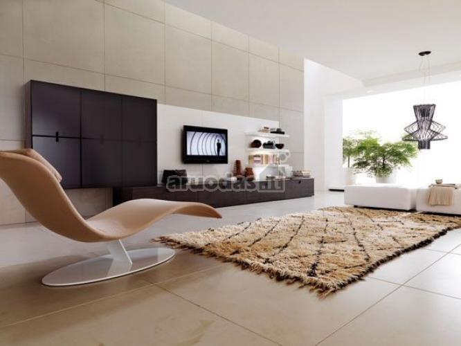 Modernus šviesaus kambario interjeras