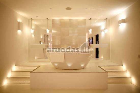 šviesų žaismas baltoje vonioje