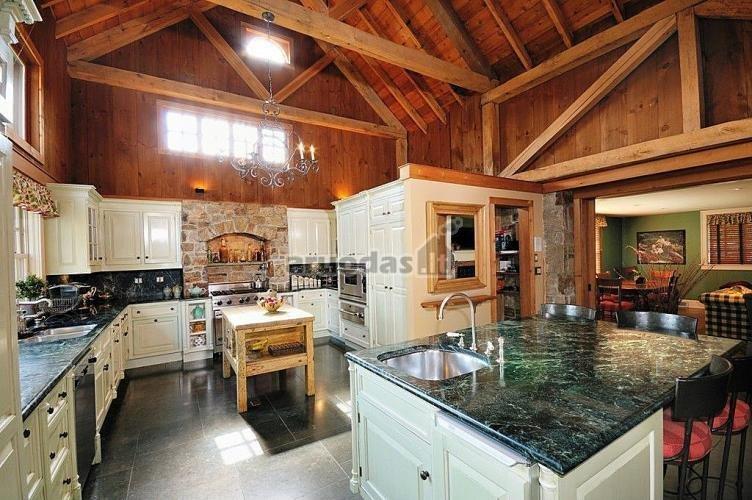 Medinis virtuvės interjeras
