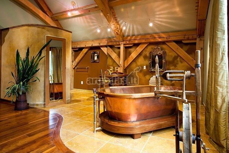 Grubios medžio konstrukcijos vonios kambaryje