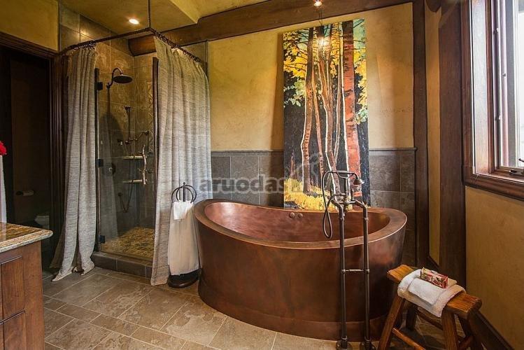 Medžių paveikslas vonios interjere
