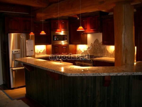 Virtuvėje apšviestos mažos erdvės