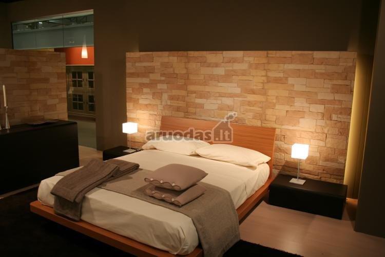 įkomponuota plytų siena į miegamojo interjerą