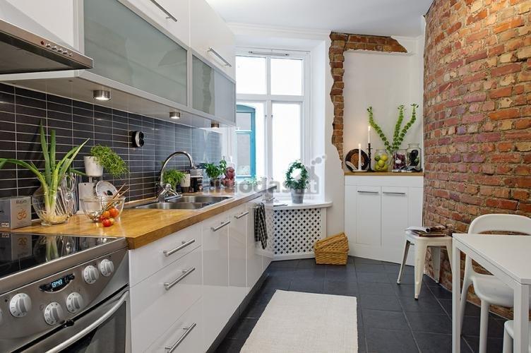 """Virtuvės akcentas - """"nulupta"""" plytų siena"""