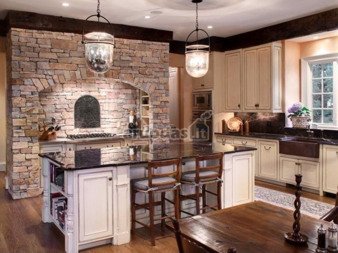 Plytinės krosnies imitacija virtuvėje