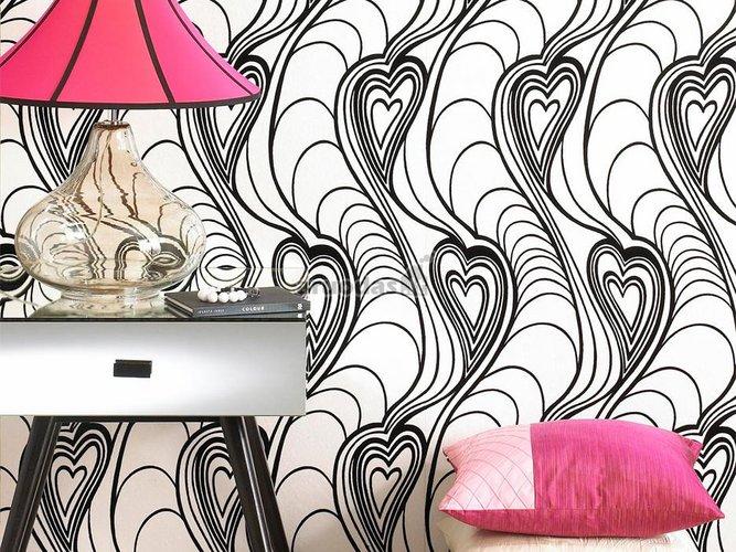 Balta siena dekoruota juodais širdies formos raštais