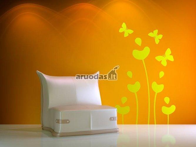 Orandžinė siena dekoruota geltonais drugeliais