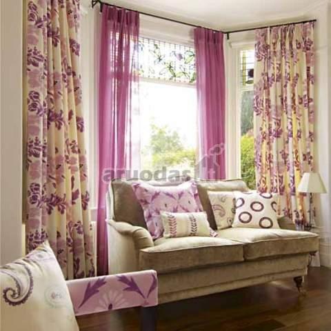 Ryškios violetinės ir dramblio kaulo spalvų užuolaidos