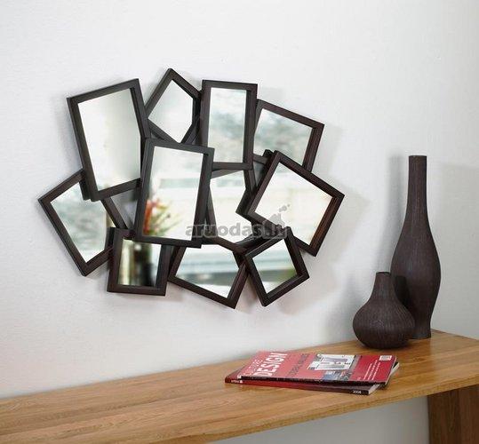 Iš įrėmintų veidrodžių sudarytas vienas didelis veidrodis