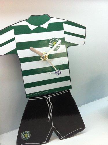 žalia balta marškinėlių formos laikrodis