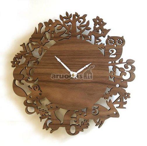 Medinis apvalus laikrodis su ornamentais