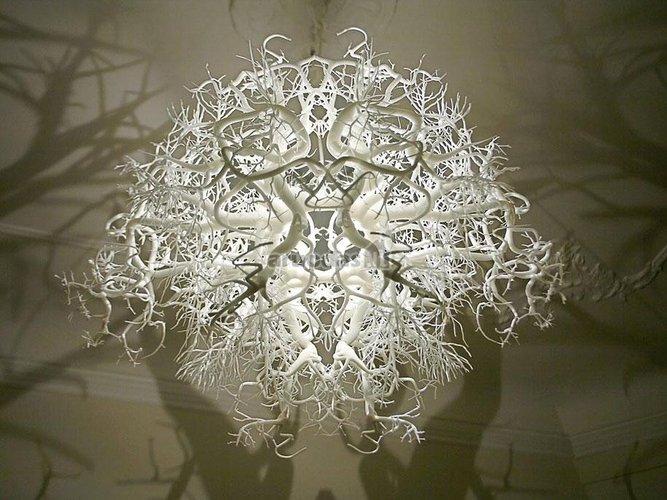 Baltas raizgytas šviestuvas