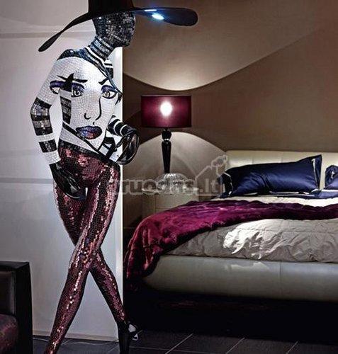 Moters statulėlė miegamojo interjere