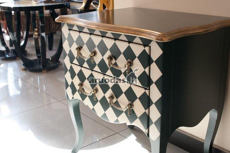 šachmatų lentos motyvais dekoruota spintelė