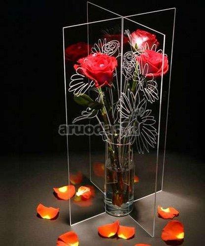 Stiklu atskirta vaza