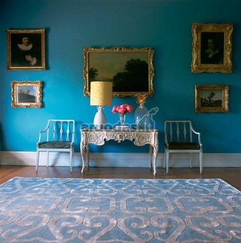 Ryškiai mėlynas kambarys
