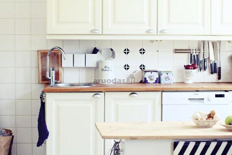 šviesus vintažinio stiliaus virtuvės dizainas