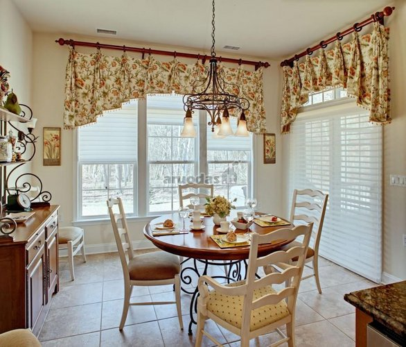 šviesus, erdvus virtuvės interjeras