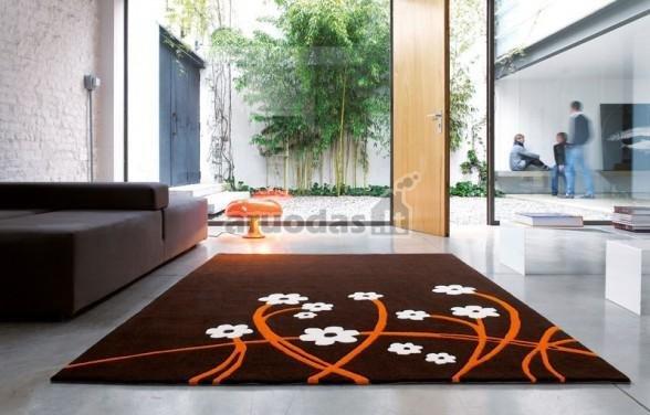 Rudas kilimas, papuoštas gėlytėmis