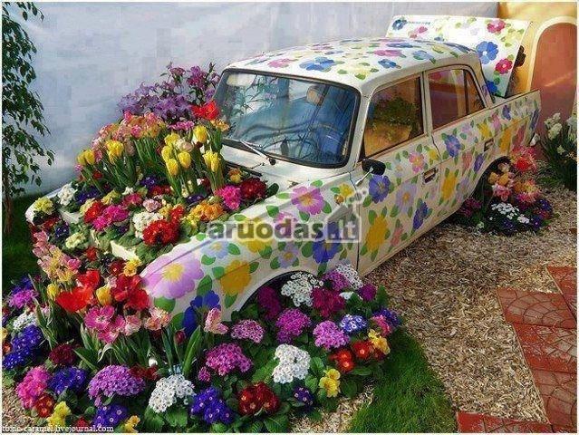 Senas automobilis - gėlių darzelis