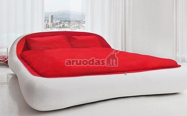 Guminė raudonos ir baltos spalvų lova