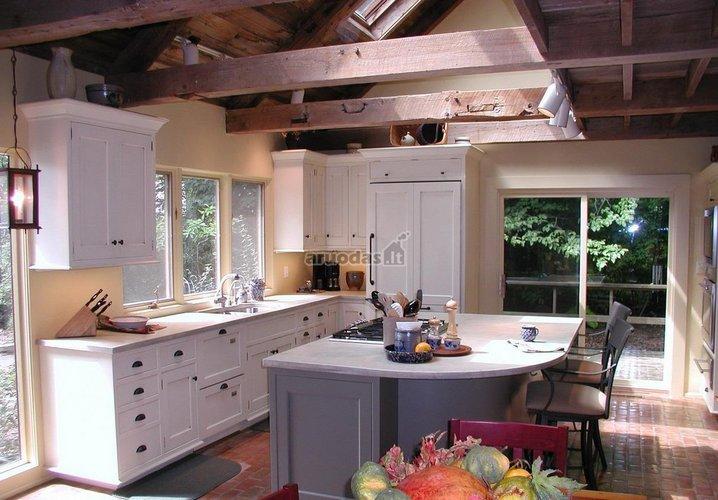 Kaimiško stiliaus virtuvės interjeras