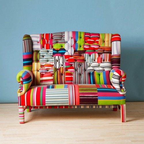 Ryškus, audinio gabaliukais dekoruotas fotelis