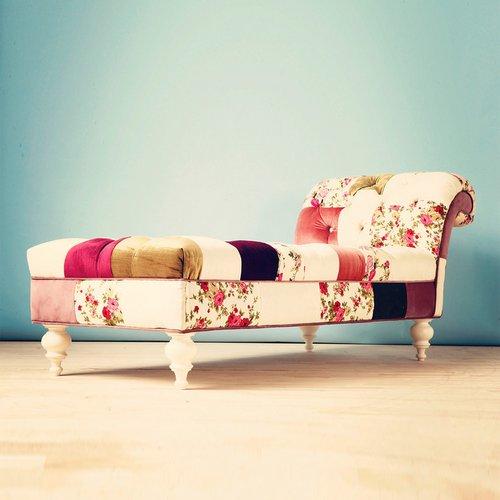 šviesių spalvų sofa