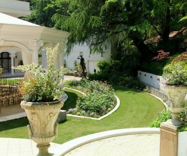 žalia erdvė, apsupanti namus