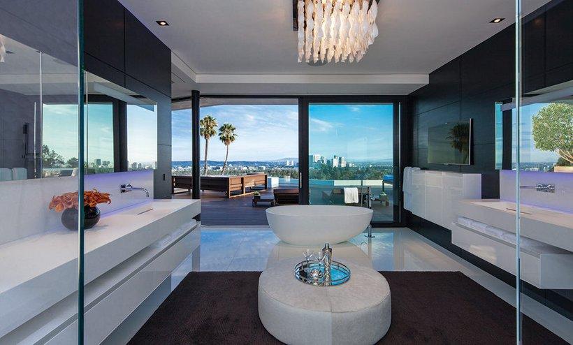 Baltas vonios kambario interjeras