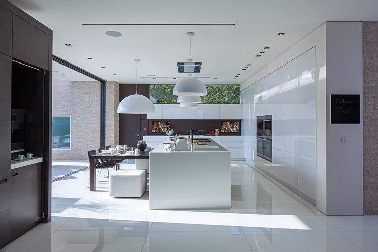 Baltos virtuvės interjeras
