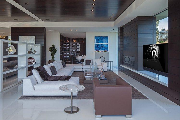 Balta - ruda svetainės interjeras