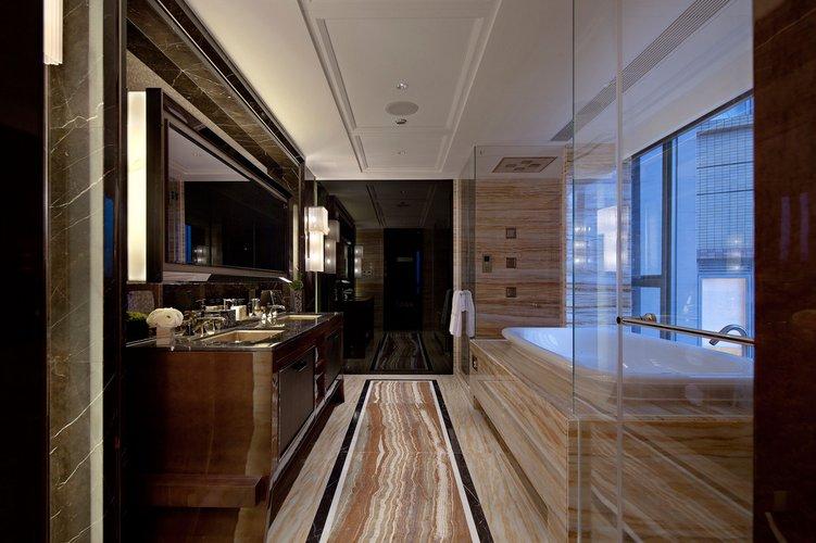 šviesių ir tamsių spalvų kontrastas vonios kambaryje