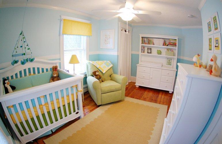Melsvas kūdikio kambario interjeras