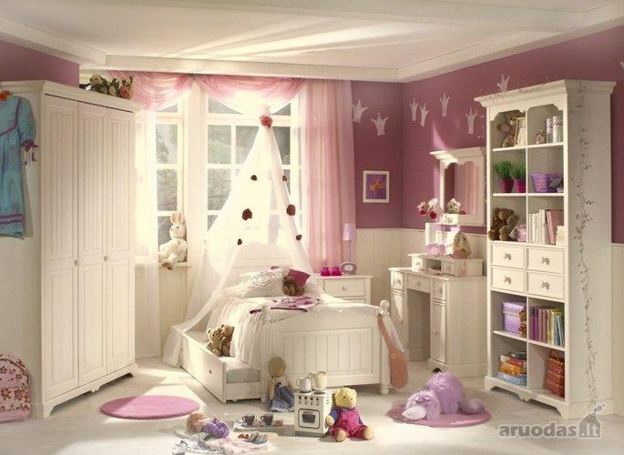 Karūnomis dekoruotas mergaitės kambarys