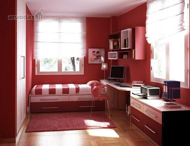 Raudona mergaitės kambaryje
