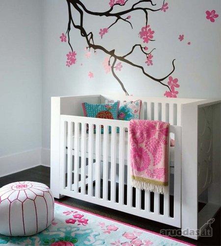 šviesus kūdikio kambario interjeras