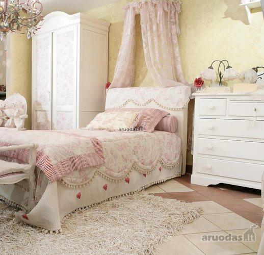 Romantins stilius mergaitės kambariui