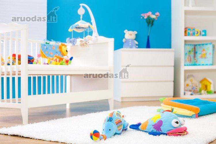 Mėlina - balta mažylio kambario akcentas